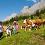 Kurzurlaub mit Familie im Bergdorf der Tiere